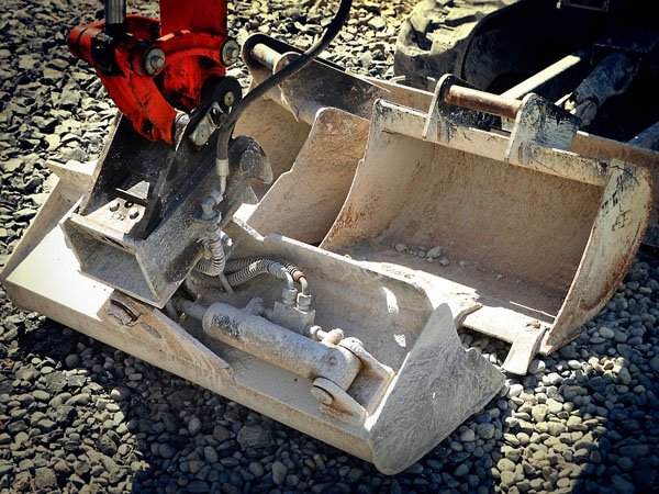 Backhoe bucket for constructing new homes